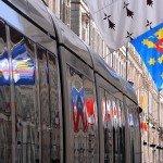 La photo du jour : Autour des fêtes de Jeanne d'Arc, reflets de drapeaux sur une rame de la seconde ligne 1