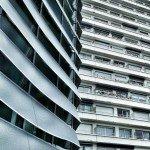 Contraste architectural entre les courbes de la médiathèques et les lignes droites de l'immeuble. 1