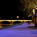Une belle image pour fêter l'arrivée du week-end avec une lune qui semble suspendue au-dessus du pont Georges V 1