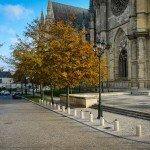 Images du passé et du présent : Le nord du parvis de la cathédrale Sainte Croix en 1977 et en 2013. 2