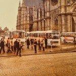 Images du passé et du présent : Le nord du parvis de la cathédrale Sainte Croix en 1977 et en 2013. 1