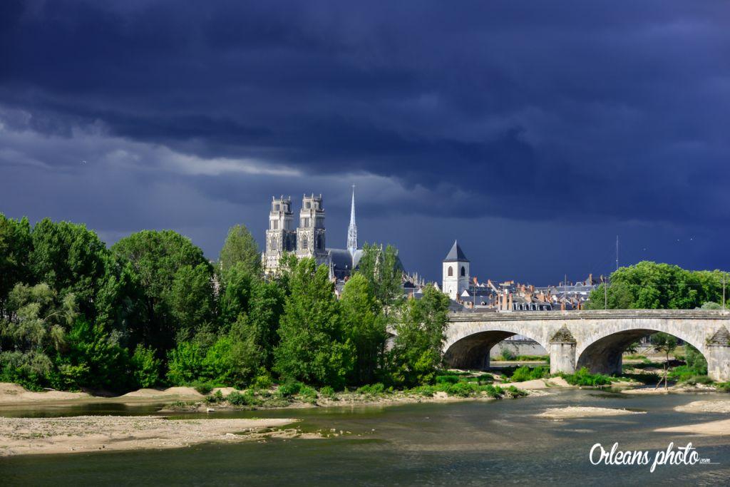 Notre photo du jour : jour d'orage sur Orléans 52