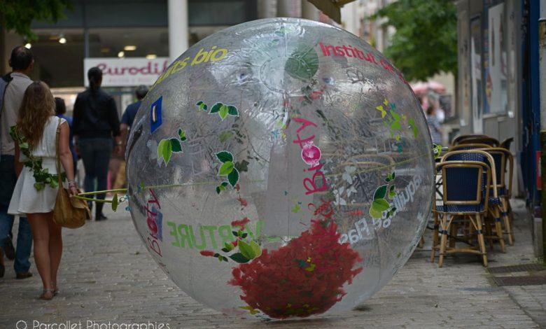 Insolite : une boule géante se promène dans le quartier Châtelet 1