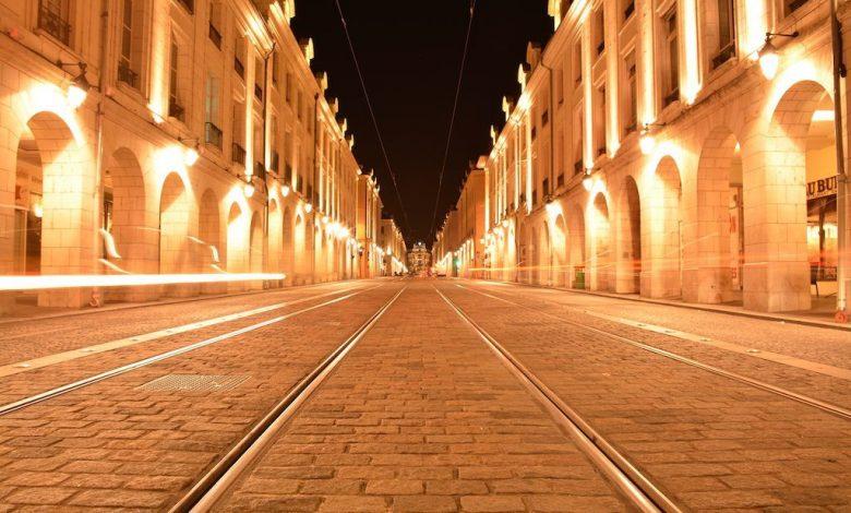 Une longue pose dans la rue Royale d' Orléans 1