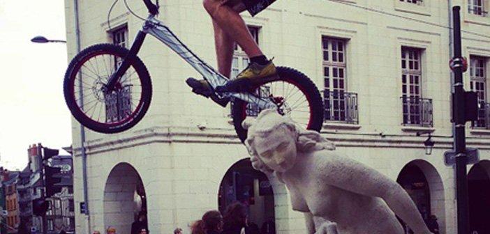 Insolite : Il fait du trial sur les statues rue Royale 16