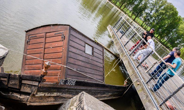 Images du jour : sauvetage de la toue coincée sous l'embarcadère quai Châtelet 1