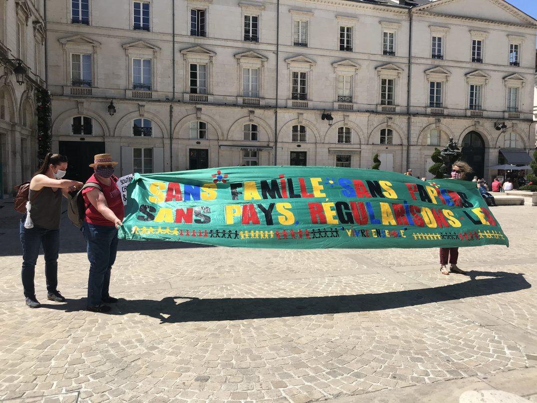 Une chaîne humaine solidaire hier en centre-ville 7