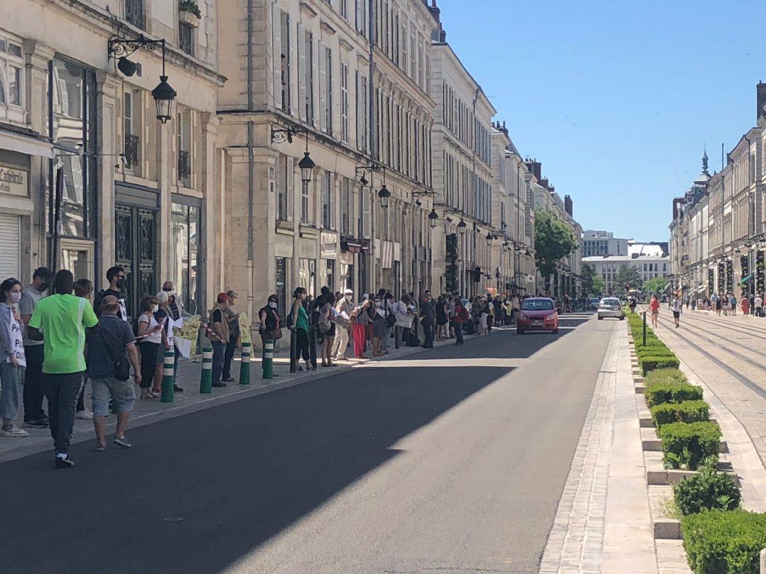 Une chaîne humaine solidaire hier en centre-ville 4