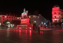 Photo de La statue de Jeanne d'Arc voit rouge