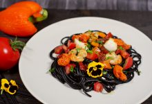 Spaghettis encre de seiche crevettes encornet
