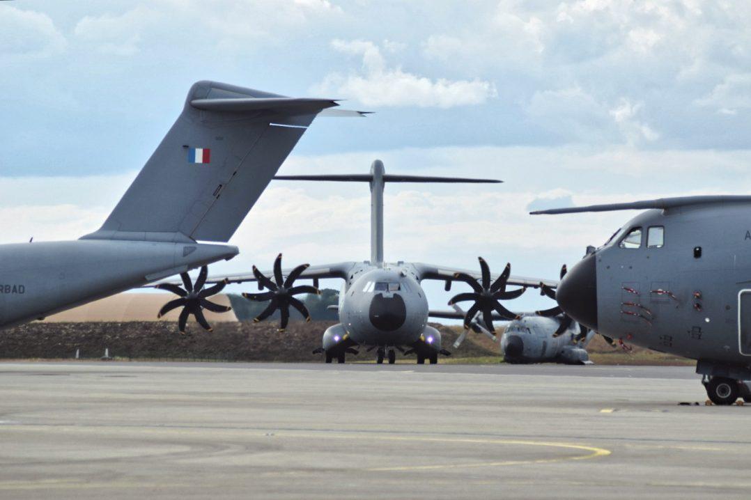 La base aérienne 123 d'Orléans-Bricy accueille l'escadron de transport 4/61 «Béarn». 13
