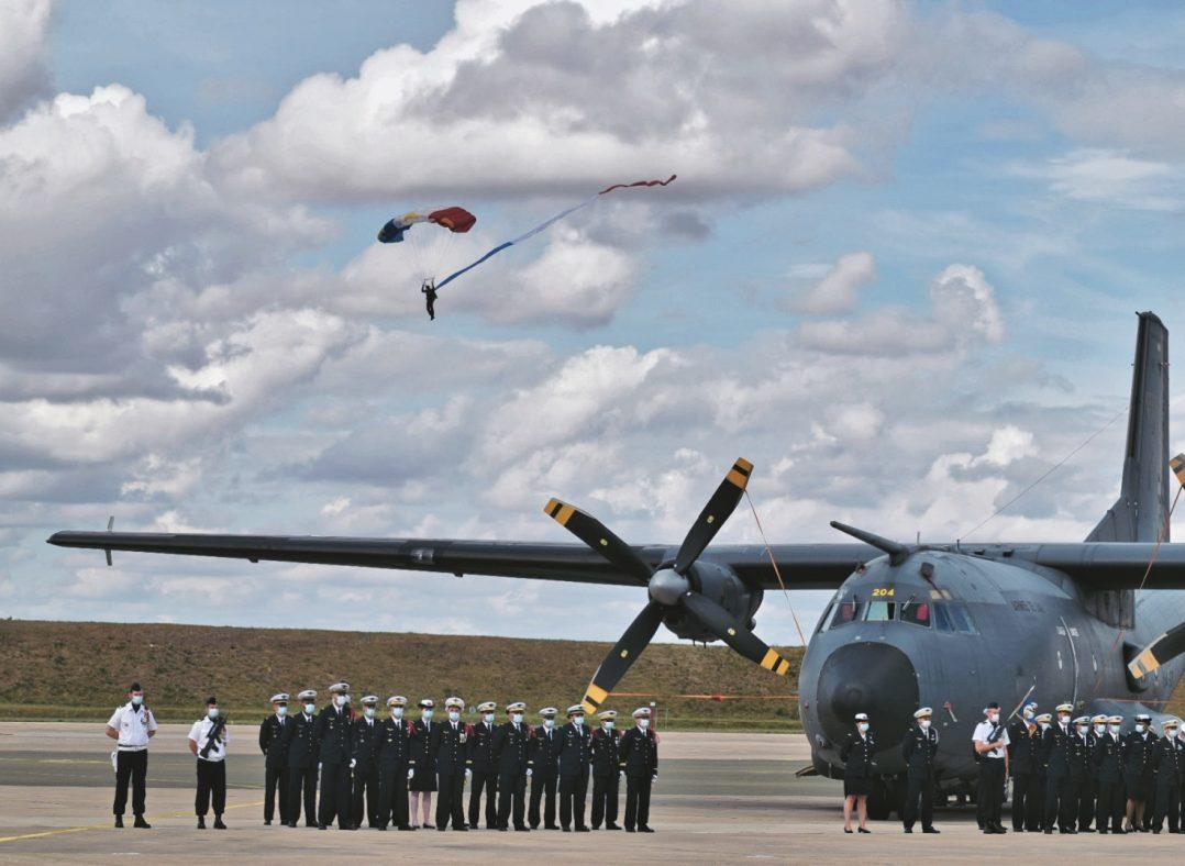 La base aérienne 123 d'Orléans-Bricy accueille l'escadron de transport 4/61 «Béarn». 18
